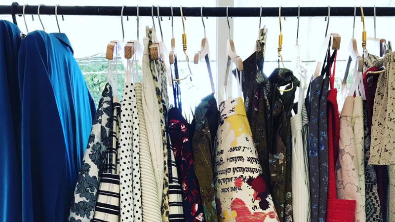 จัดตู้เสื้อผ้า ตู้เสื้อผ้ารกทำไงดี วิธีจัดตู้เสื้อผ้า เสื้อผ้าผู้หญิง