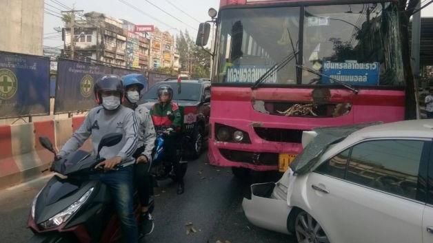 รถชนกัน รถเมล์เบรคแตก อุบัติเหตุ