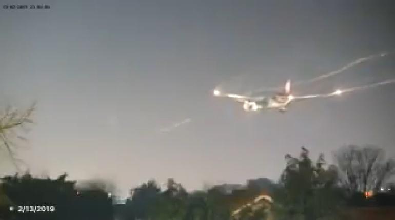 ลงจอดฉุกเฉิน เครื่องบิน ไฟเตือนประตูปิดไม่แน่น
