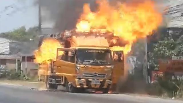 ข่าวจังหวัดสงขลา ข่าวสดวันนี้ รถตีเส้นจราจร รถไฟไหม้ ไฟไหม้รถ