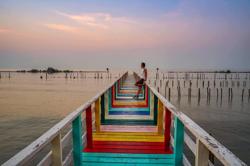 ชายทะเลกาหลง ทะเลอ่าวไทย ที่เที่ยวสมุทรสาคร สะพานไม้ สะพานไม้สายรุ้ง ชายทะเลกาหลง เที่ยวสมุทรสาคร