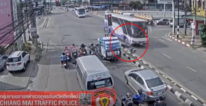 ข่าวสดวันนี้ ข่าวอุบัติเหตุ ฝ่าไฟแดง