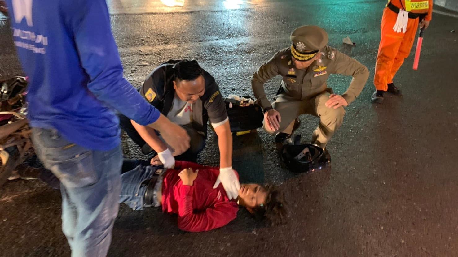 ตำรวจช่วยคนเจ็บ พล.ต.อ.เฉลิมเกียรติ ศรีวรขาน รองผู้บัญชาการตำรวจแห่งชาติ