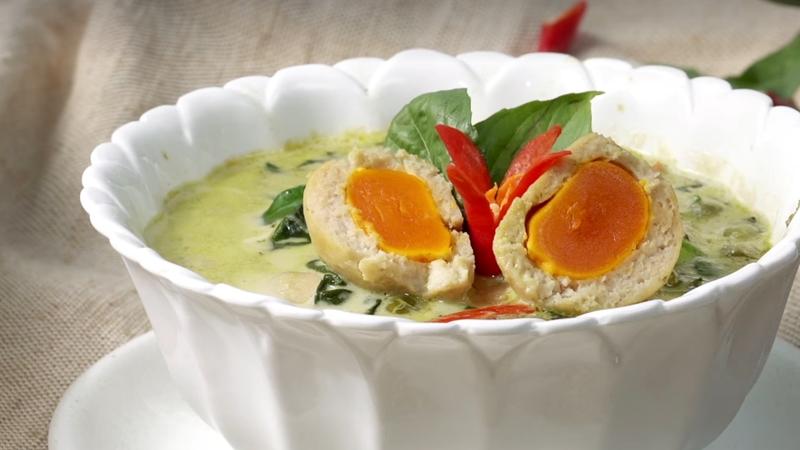 กินข้าวกัน สูตรอาหาร อาหารไทย แกงเขียวหวาน แกงเขียวหวานลูกชิ้นปลากราย ไข่เค็ม ไข่แดงเค็ม