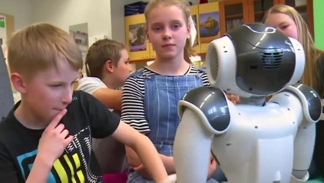 Elias ประเมินนักเรียน ประเมินอารมณ์นักเรียน หุ่นยนต์ หุ่นยนต์ฮิวแมนนอยด์ ฮิวแมนนอยด์ เอเลียส โรงเรียนฟินแลนด์