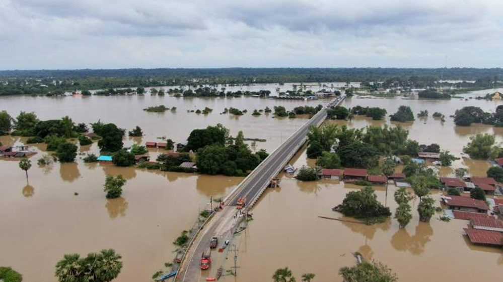 ช่วยเหลือผู้ประสบภัยน้ำท่วม น้ำท่วม ผู้ประสบภัยน้ำท่วม