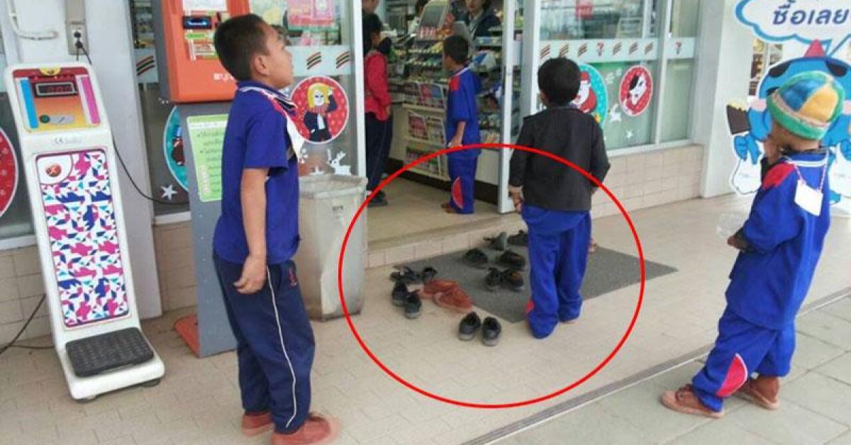 ข่าวสดวันนี้ ถอดรองเท้า ถอดรองเท้าก่อนเข้าเซเว่น เด็กม้ง
