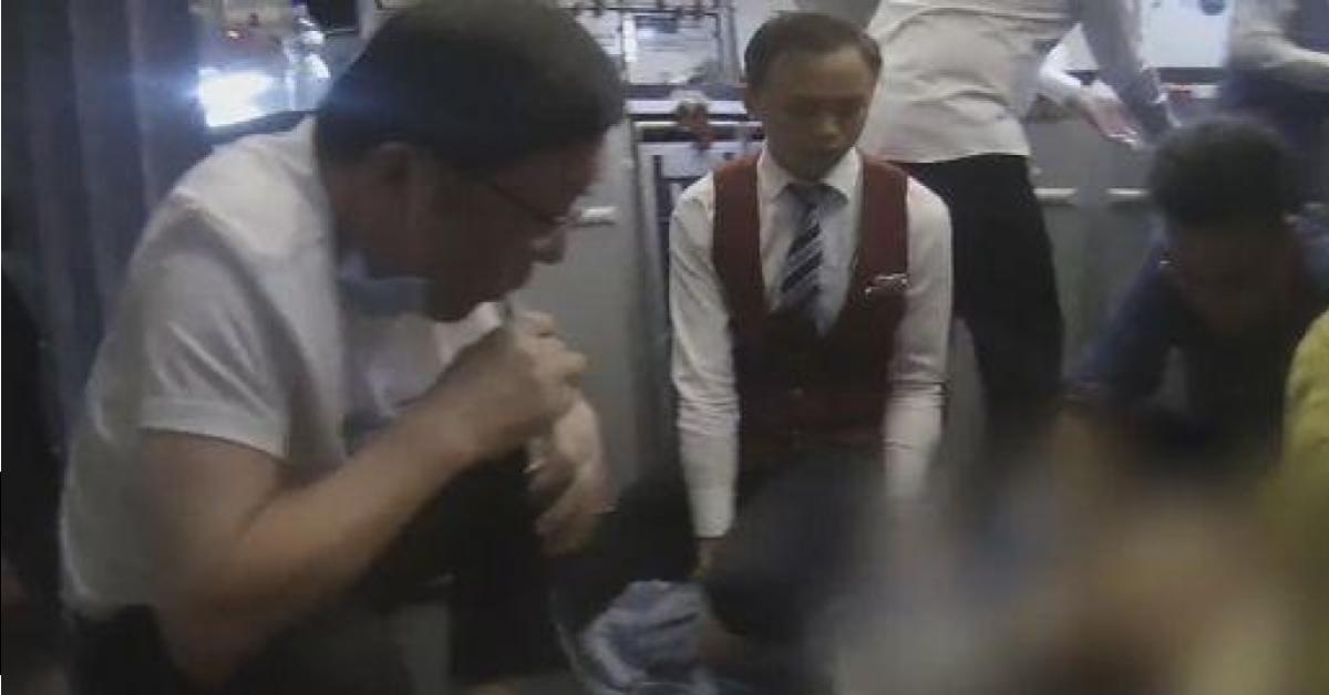 ข่าวสดวันนี้ หมอรักษาคนป่วยบนเครื่องบิน หมอใช้ปากดูดฉี่ผู้ป่วย