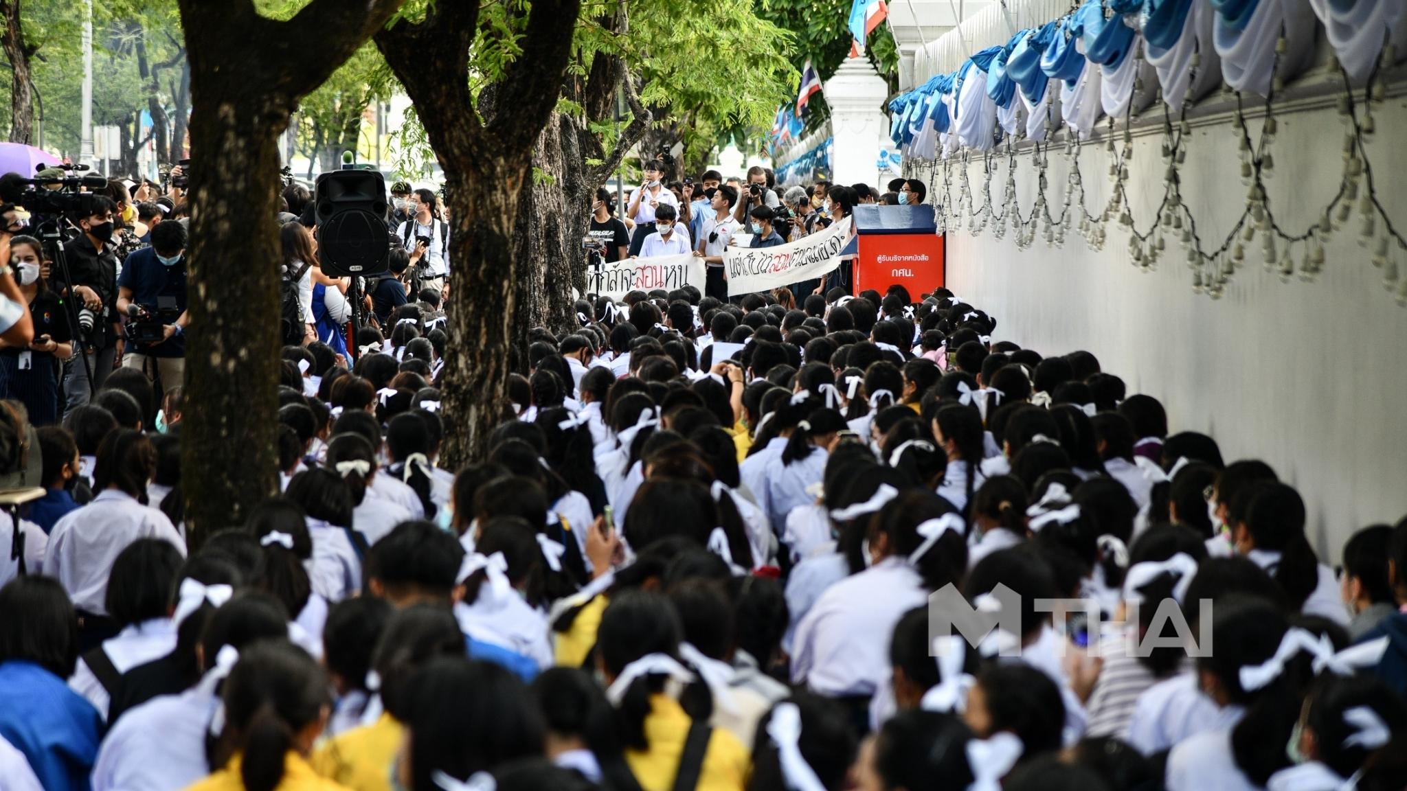 กลุ่มนักเรียนเลว ชูสามนิ้ว ผูกโบว์สีขาว