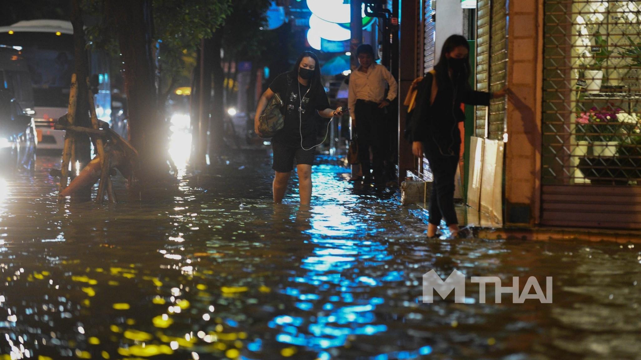 กรุงเทพน้ำท่วม น้ำรอการระบาย ฝนตก