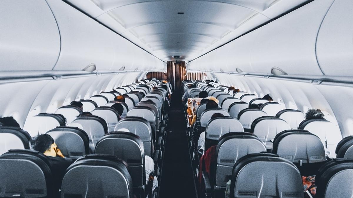 ขึ้นเครื่องบิน เดินทางท่องเที่ยว