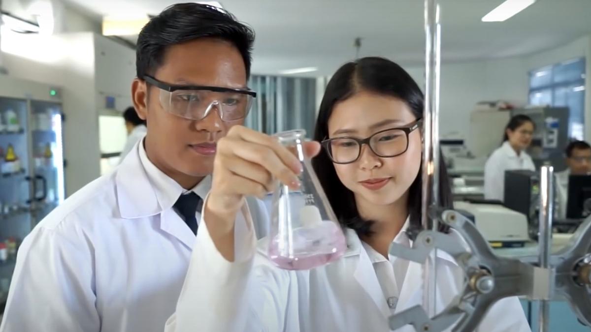 นักเคมีควบวิศวกรเคมี ประเทศสกอตแลนด์ มหาวิทยาลัยสแตรธไคลด์ สถาบันเทคโนโลยีพระจอมเกล้าเจ้าคุณทหารลาดกระบัง ( หลักสูตรนานาชาติ