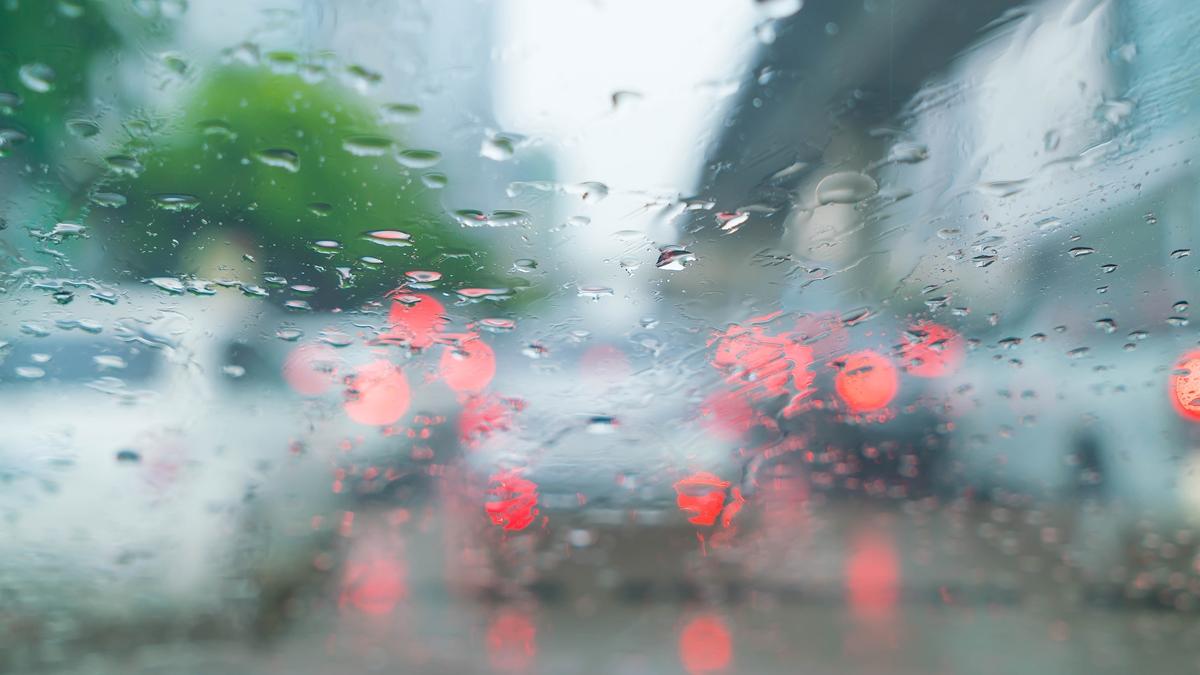ขับรถ ดูแลกระจกรถยนต์ ฝ้าที่กระจก ฤดูฝน เทคนิคขับรถ